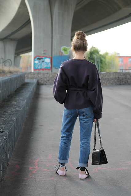 boyfriend-jeans-and-ballerinas-whole-outfit-back-wiebkembg