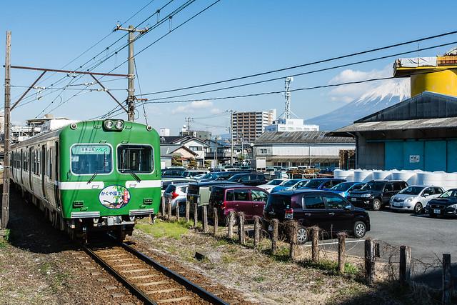 ジヤトコ前駅を出発する岳南電車