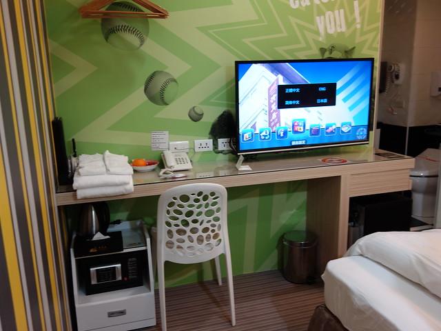 進門往內看,有電視、毛巾、椅子、保險箱、快煮壺等設備@清翼居童話館,近台北車站的住宿選擇