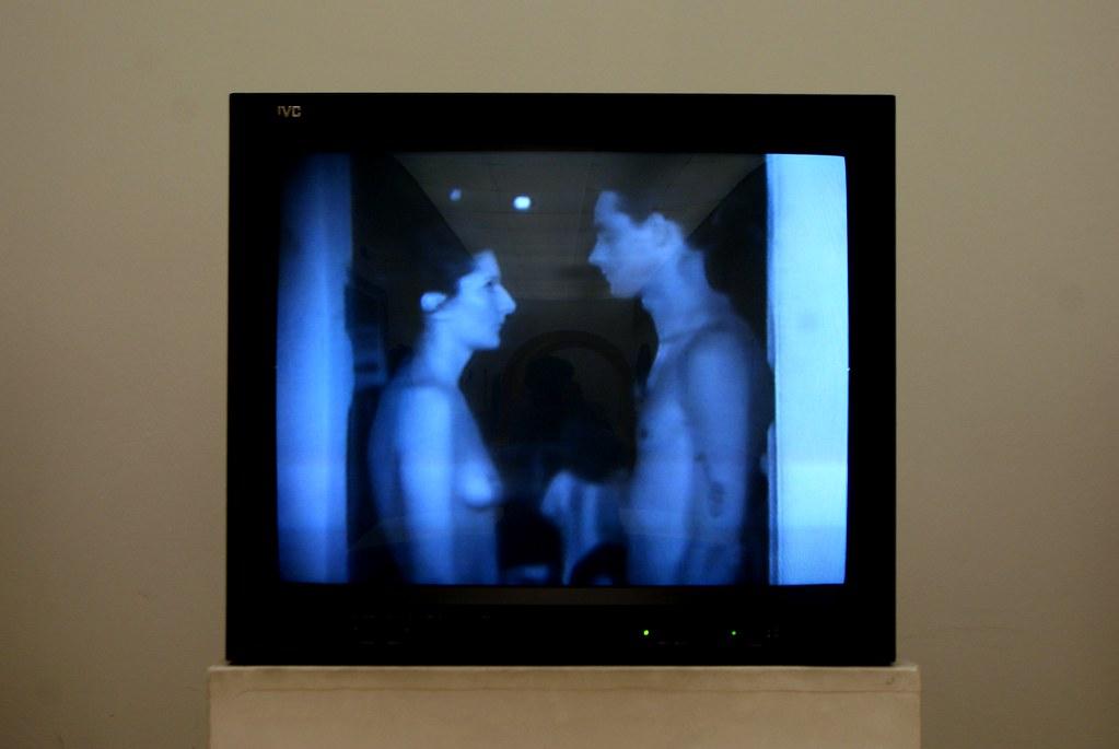Video d'un happening réalisé dans les années 60 et consistant à faire entrer les visiteurs d'une expo entre le corps d'une femme et d'un homme. Au musée Mambo de Bologne.