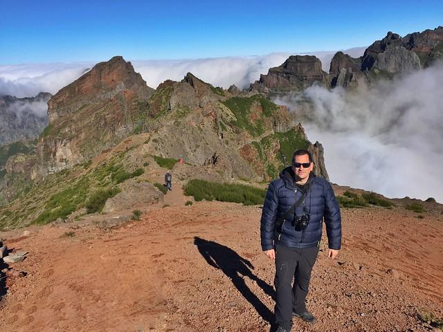 Sele caminando cerca de Pico do Arieiro en la isla de Madeira