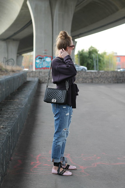 boyfriend-jeans-and-ballerinas-whole-outfit-side-wiebkembg
