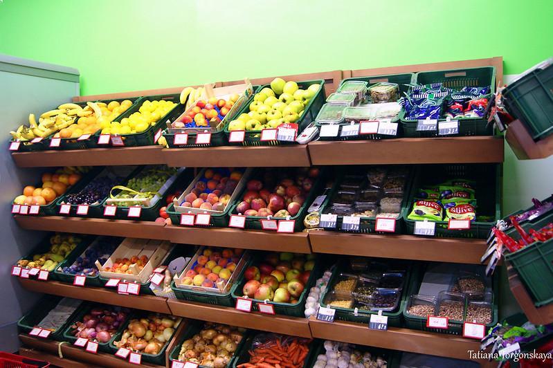 """Отдел с фруктами и овощами в супермаркете """"Aroma"""""""