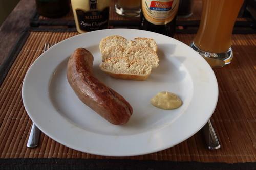 Gegrillte Pferdebratwurst mit scharfem Senf und Baguette