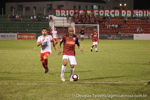 Ricardinho, meia da Portuguesa Santista, em lance da partida em que a Briosa empatou com o Grêmio Osasco em 2 a 2