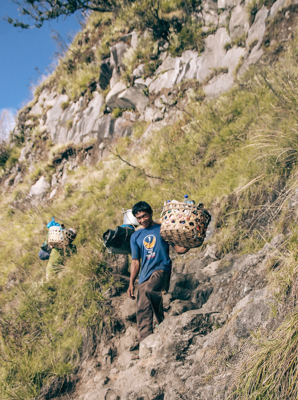 rinjani explore porter demas ryan grace filled travel junkie segara anak danau lake summit puncak lintang indonesia lombok backpack (1)
