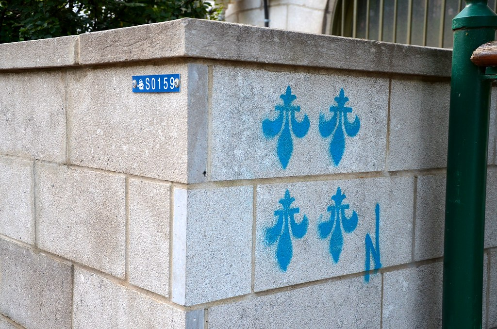 Upside Down Fleur De Lis On A Wall At The Top Of Escalier Flickr