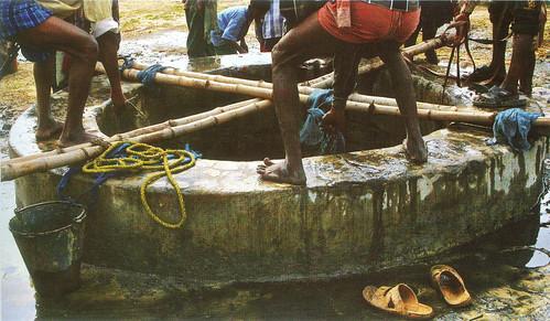 खगड़िया जिले के चतर पंचायत के कुएँ का पुनर्निर्माण करते ग्रामीण