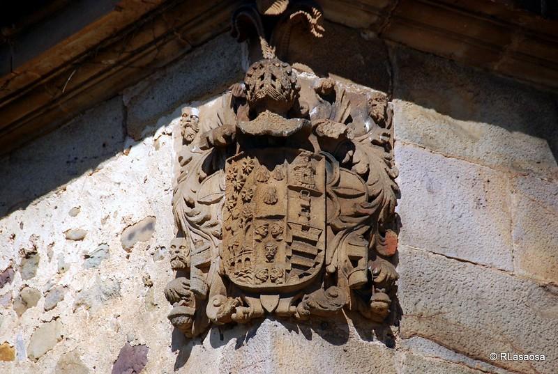 Escudo de armas en una de las esquinas del Palacio de Donadío, Selaya - Cantabria