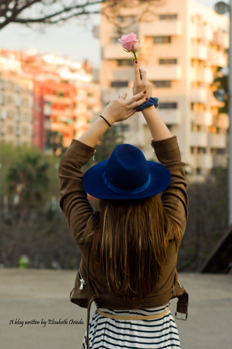 vestido navy chaqueta marrón sombrero azul stradivarius heelsandroses rosas barcelona (7)
