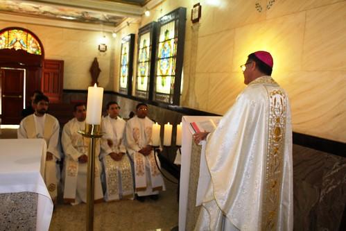 Dom Paulo celebra com novos padres