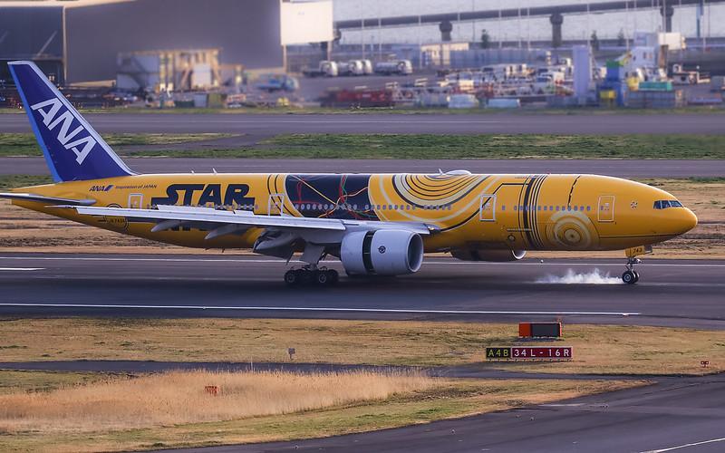 "Starwars ""C-3PO ANA JET"" JA743A ANA Boeing 777-200 Tokyo International Airport"