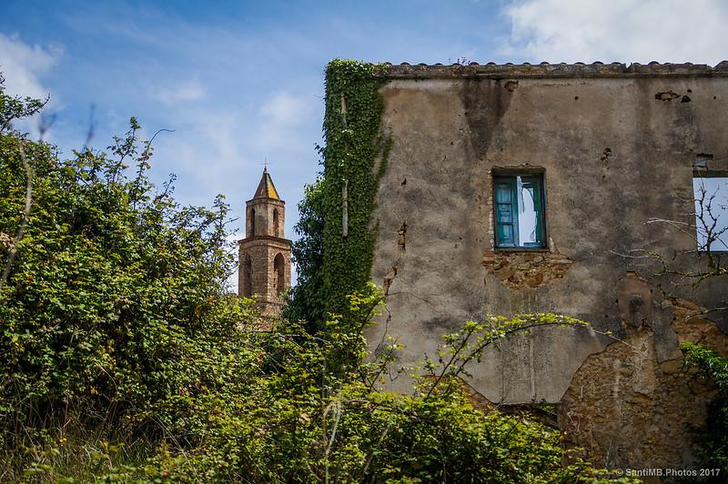 Campanario de Sant Miquel de Marmellar desde una casa del pueblo