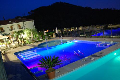 Piscine esterne notturna piscina interna idromassaggio - Piscine esterne ...