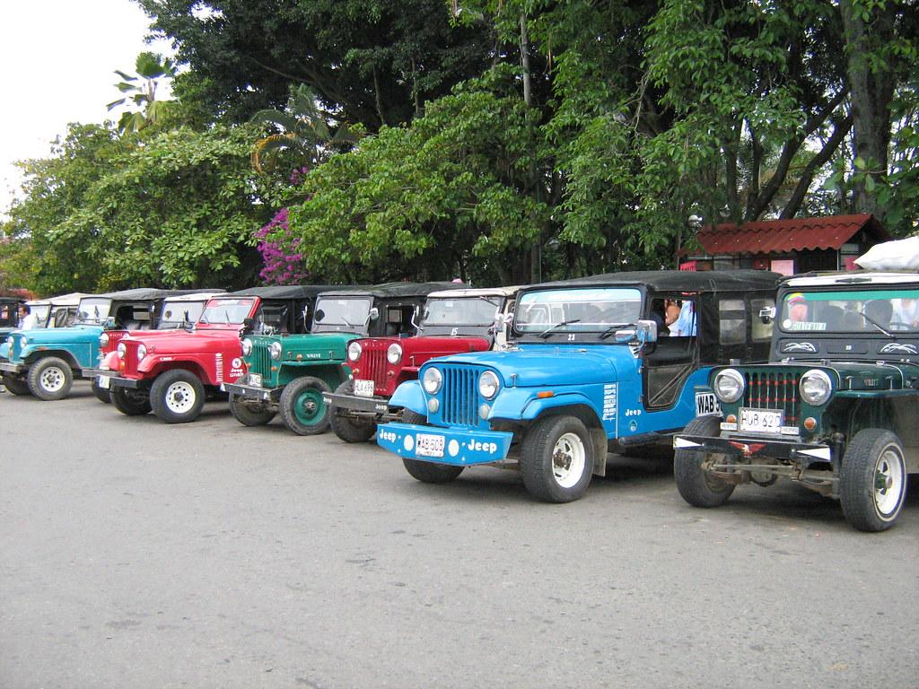 jeep willys estacionados en la plaza de Bolívar