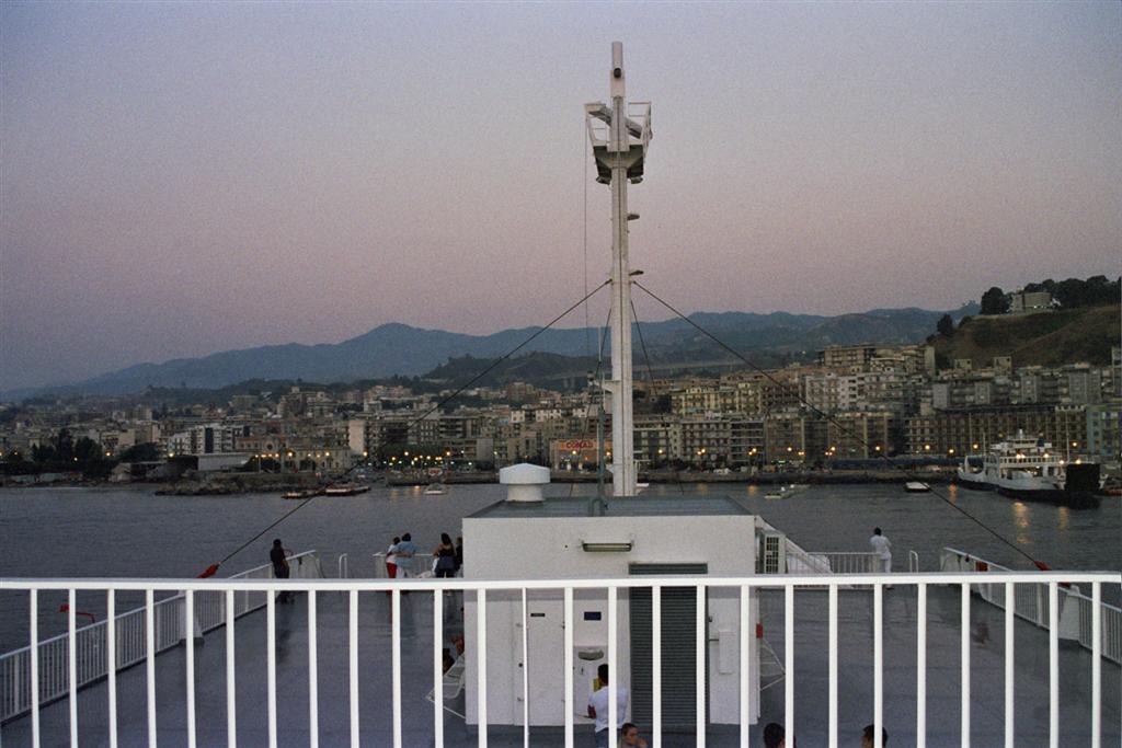 estrecho de Messina: En la cubierta del barco llegando a Messina en Sicilia cruzar de italia a sicilia - 2512771267 73caf7924e o - Cruzar de Italia a Sicilia por el estrecho de Messina