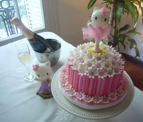 MADELEINE'S 1ST BIRTHDAY PARTY. HELLO KITTY FONDANT CAKE | by DIARIO DE VIAJES