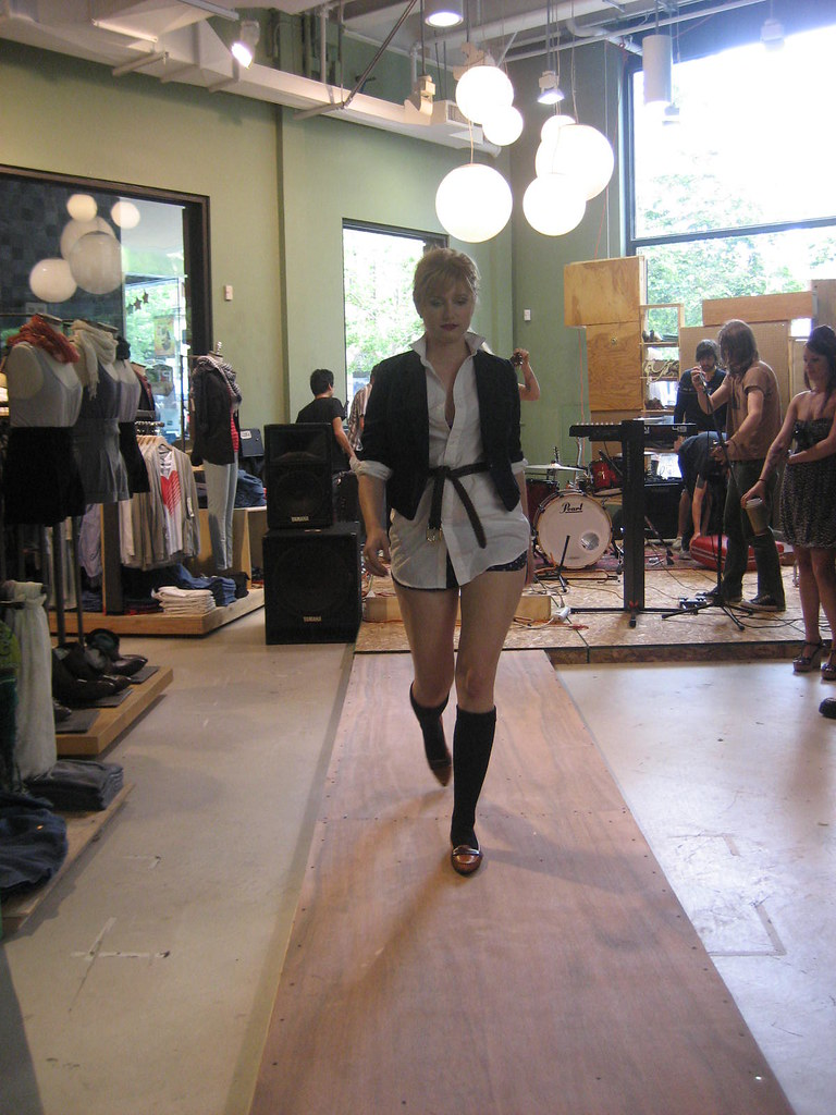 Urban outfitters fashion show flickr for Interno 5 urban store