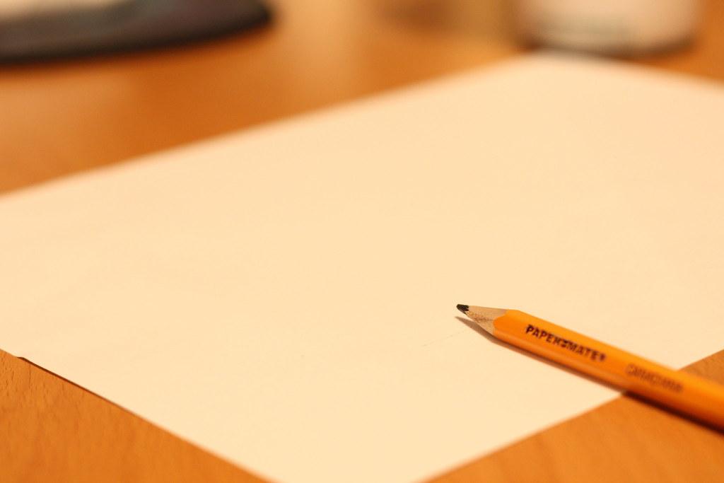 Листа бумаги и ручки