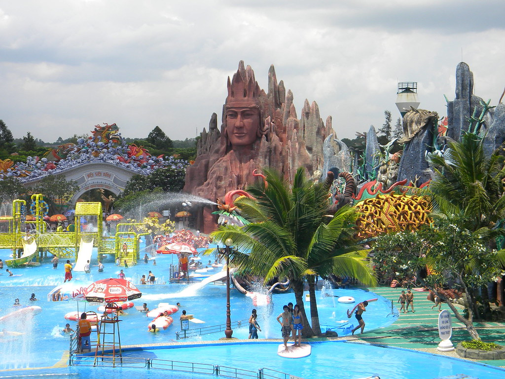 Summum du kitch parc suoi tien parc aquatique aqualand for Piscine aquaboulevard