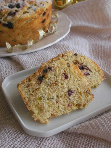 Chocolate, pistachio and cranberry panettone / Panetone com chocolate, cranberry e pistache | by Patricia Scarpin