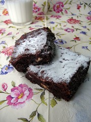 Chocolate, almond and white chocolate brownies / Brownies de chocolate, amêndoa e chocolate branco | by Patricia Scarpin