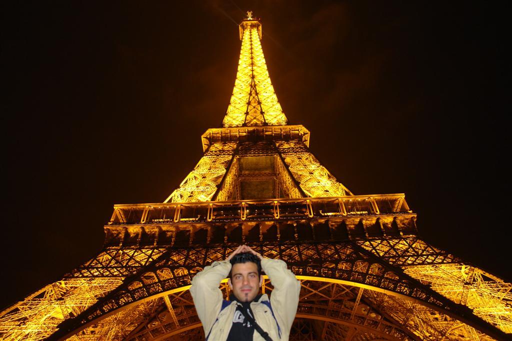 viajar entre Inglaterra y Francia: Bajo la imponente Torre Eiffel de París iluminada por la noche viajar entre inglaterra y francia - 2669316976 2358c4654b o - Cómo viajar entre Inglaterra y Francia