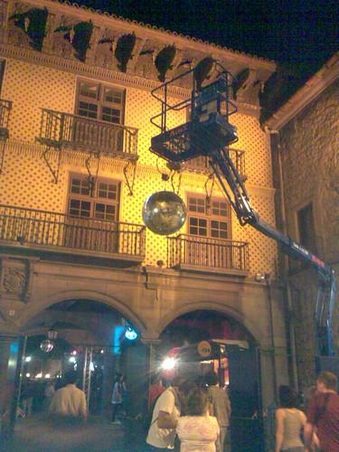 Bola de discoteca en la plaza del pueblo y cogida con - Bola de discoteca ...