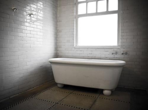 baignoire 1 baignoire pour dames dans l 39 ancienne piscine. Black Bedroom Furniture Sets. Home Design Ideas