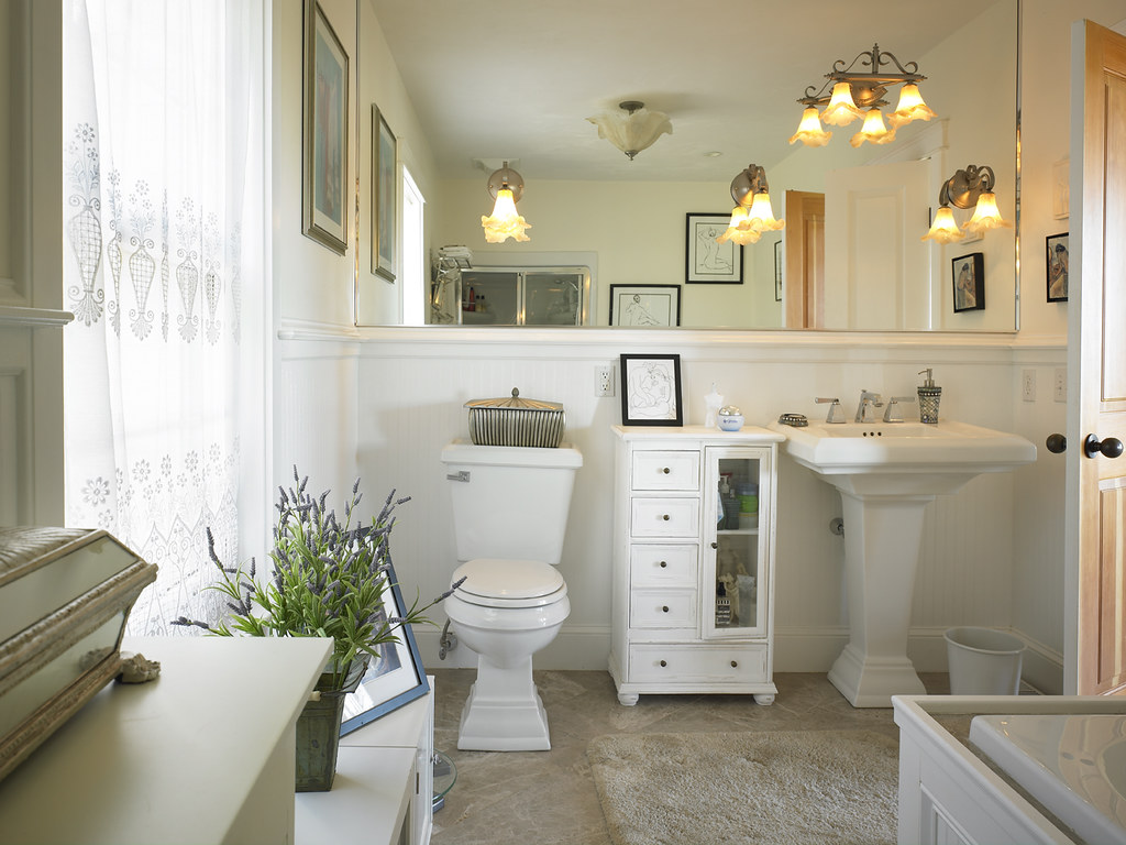 39280 Traditional bathroom in Cape Cod style Lindal home. | Flickr