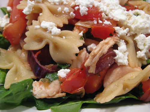 Farfalle with chicken, caramelized onions, tomatos & goat cheese | by katbaro