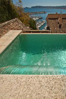 Cascada de agua en piscina piscina desbordante con for Gunitec piscinas