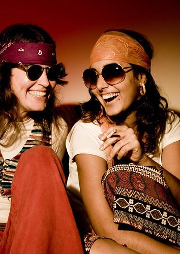 Moda anos 70 hippie modelos renata monjardim e winnie - Moda hippie anos 70 ...