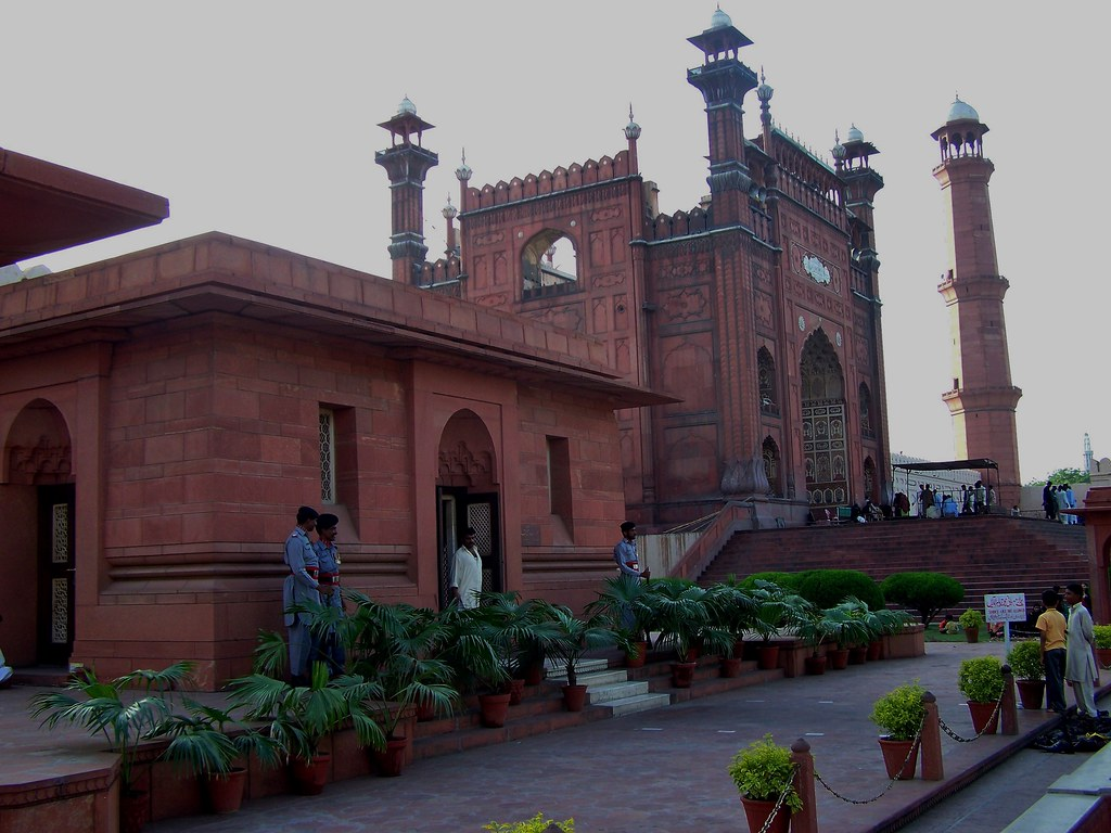 Tomb Of Allama Muhammad Iqbal And Badshahi Mosque Lahore Flickr