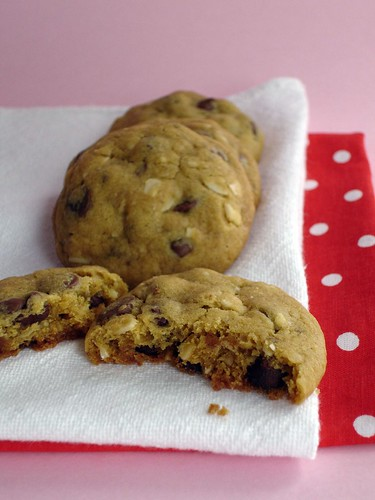 Chocolate chip and almond cookies / Cookies com gotas de chocolate e amêndoas | by Patricia Scarpin