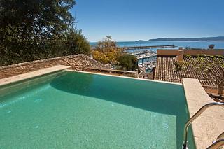 Piscina gresite color crema piscina desbordante con for Gunitec piscinas