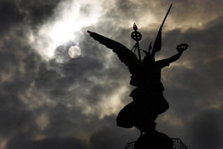 Siegessäule silhouetted by the sun © Rob Watkins 2006 | by Aland Rob