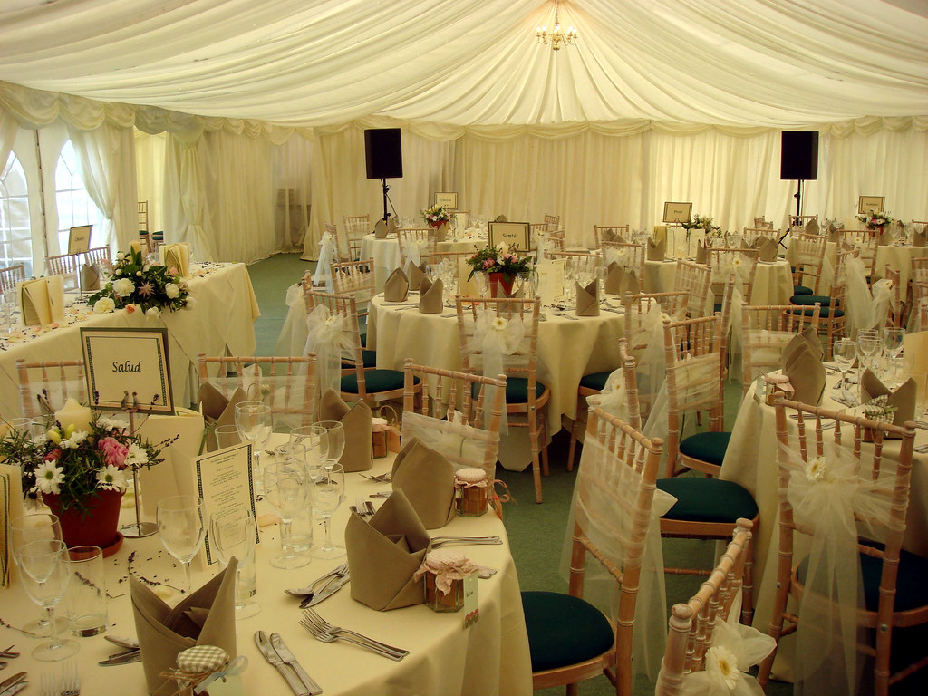 www.uniqueweddingflowers.co.uk - Marquee with table decora… | Flickr