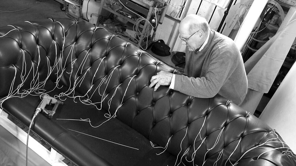 Lavorazione capitonnè divano Chester - Laboratorio Berto a… | Flickr