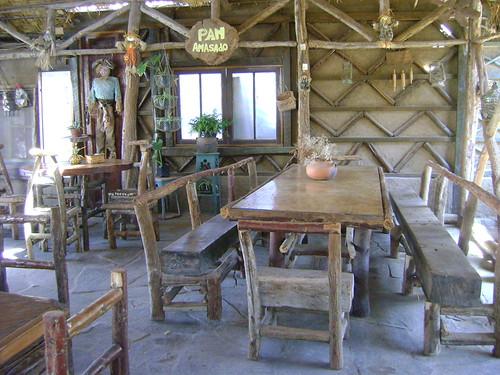 Muebles rusticos de troncos mesa de puerta reciclada con - Muebles con troncos ...