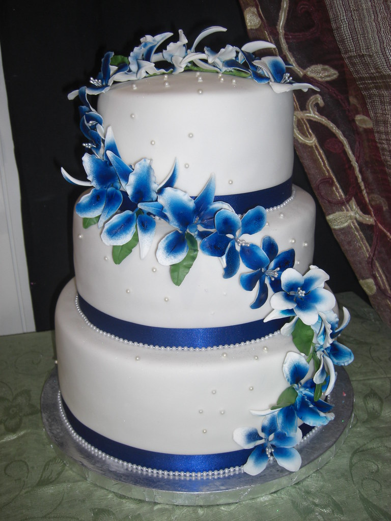 wedding cake in white and royal blue | From The House of Cak… | Flickr