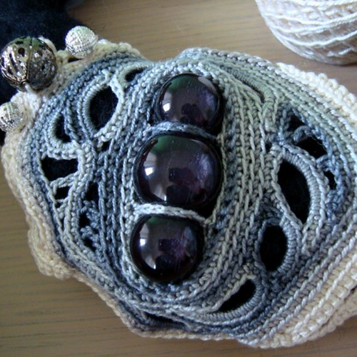 WIP Necklace Hematite 002 | by saraaires (quartodeideias)