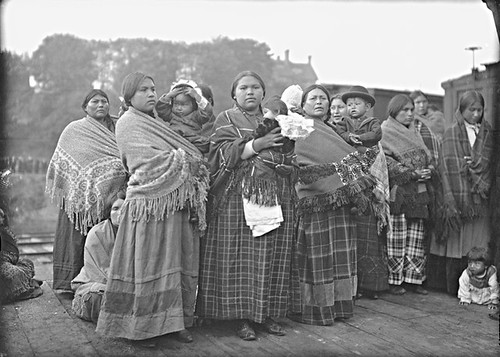 Royal Tour: Aboriginal women and children, Vancouver, BC, 1901 | by Musée McCord Museum