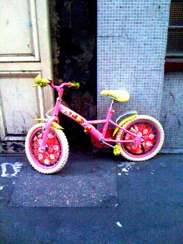 la bicyclette rose une bicyclette rose abandonn e sur un flickr. Black Bedroom Furniture Sets. Home Design Ideas