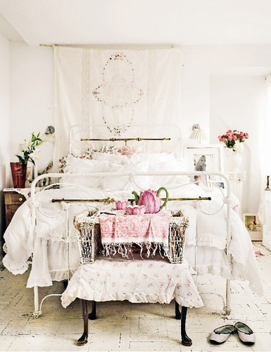 Romantic White Bedroom: Romantic Bedroom With White Color