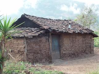 Casa con tejas y paredes de lodo home with tile roof and for Casas con techo de teja