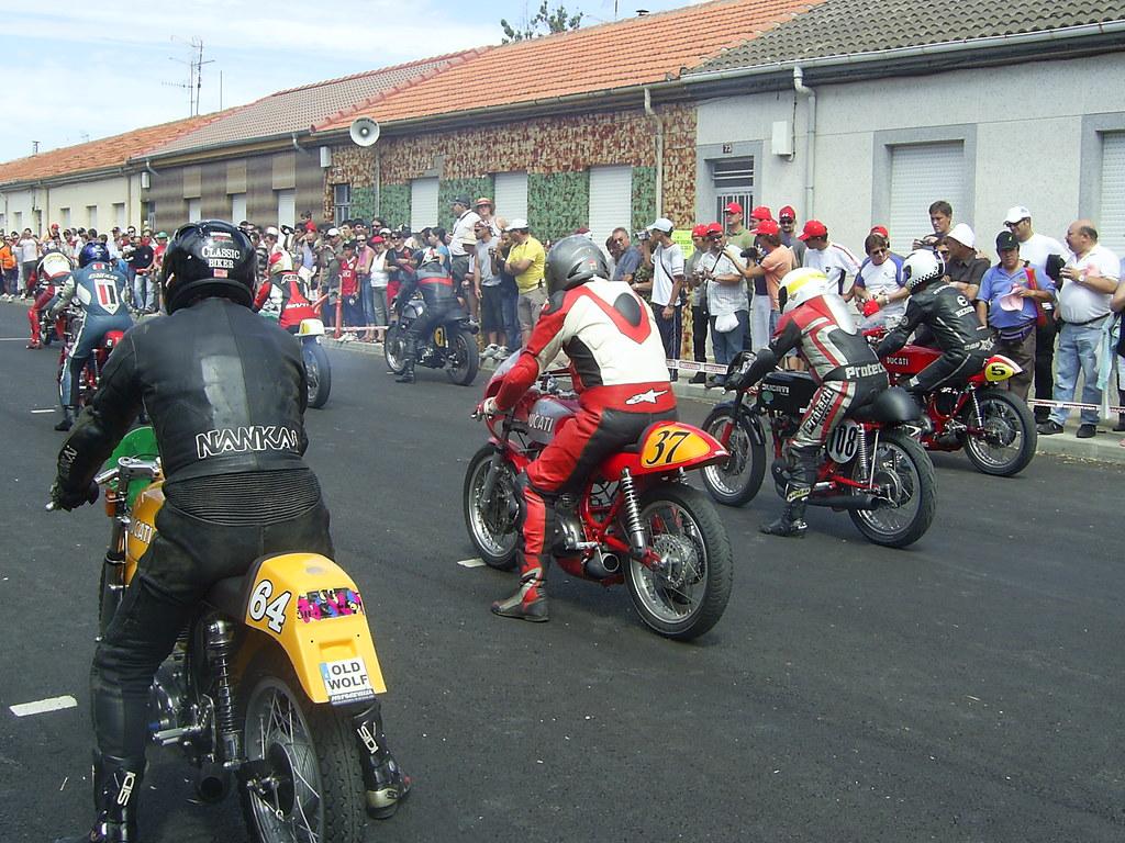 Circuito Urbano La Bañeza : Motos clásicas en la bañeza salida de una de las carreras u flickr
