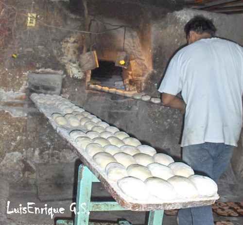 Metiendo el pan al horno le a luis enrique g mez s nchez - Cocinar en hornos de lena ...