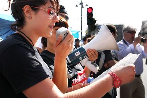 Sara leyendo un manifiesto frente al edificio de la comun for Edificio de la comunidad de madrid