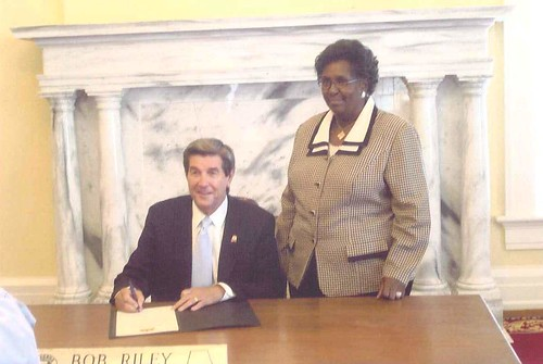 Alabama governor with POPAN state leader, Penny Njoroge, signing September is Pain Awareness Month Proclamation. | by bmpainfoundation